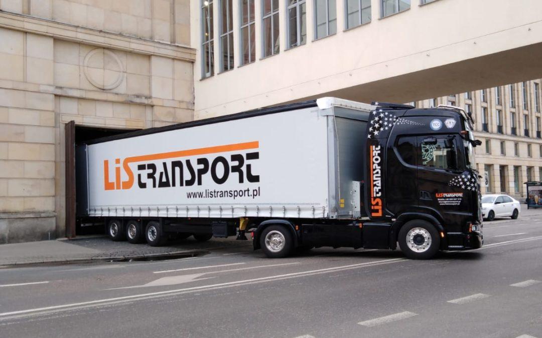 Przygotowania Teatru Wielkiego z Łodzi i Lis Transport na wyjazd ze spektaklem do Bydgoszczy